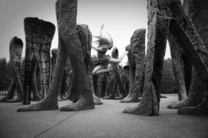 """Human being 1 - zdjęcie z cyklu """"Wśród ludzi z żelaza"""", jako tancerka wystąpiła Alisa Makarenko"""