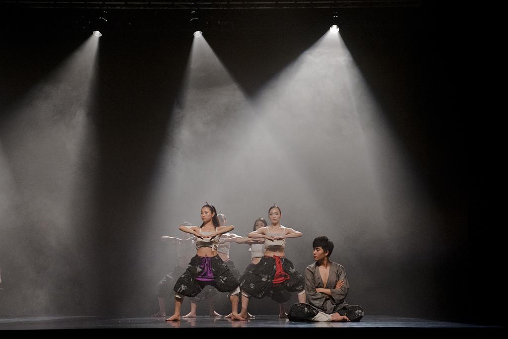 """Kadr ze spektaklu """"GUARD"""" grupy ISUM Dance Company prezentowany na Dancing Poznań 2012"""